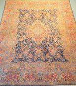 Antiker persischer Täbris,Natur- und Anilinfarben, Flor stark betreten, partiell fadenscheinig,