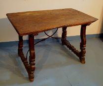 Spanischer Tisch, 17. Jhd.,längsrechteckige massive Platte mit abgerundeter Randdekoration in Form
