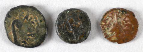 Drei antike Bronzemünzen