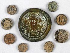 Sieben antike römische Kleinmünzen aus Bronze