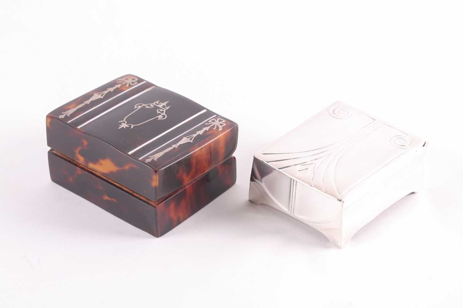 An Edwardian silver and tortoiseshell stamp box, rounded rectangular, the hinged cover with - Image 2 of 7