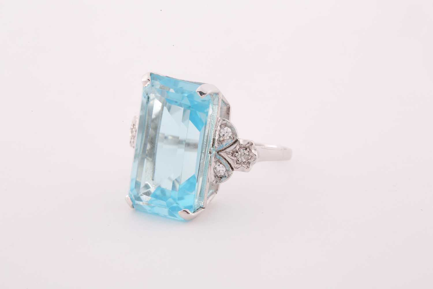 A diamond and blue topaz cocktail ring, set with a mixed rectangular-cut topaz, measuring - Image 4 of 4