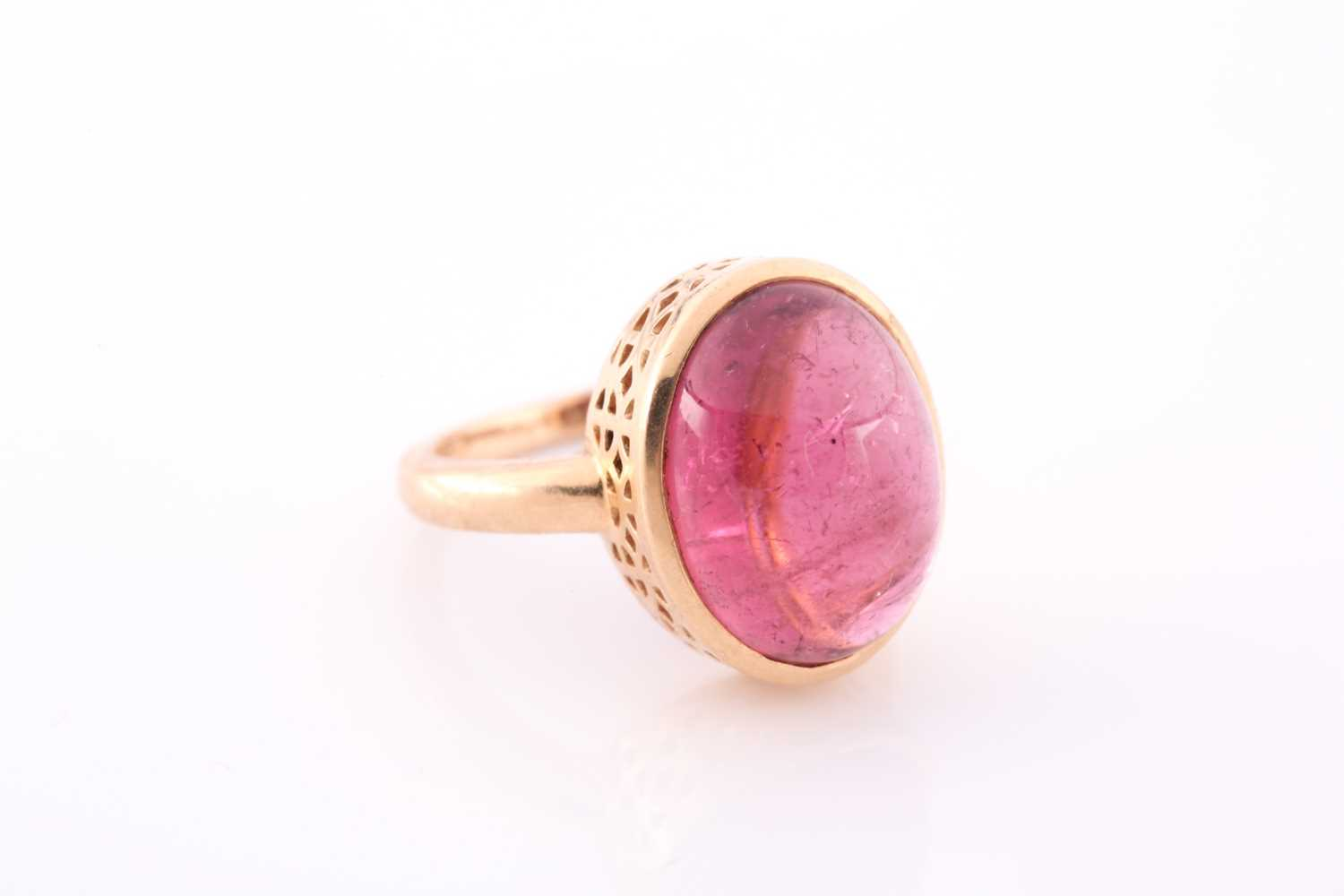 An 18ct yellow gold and tourmaline ring, set with an oval cabochon pink tourmaline, measuring - Image 3 of 4