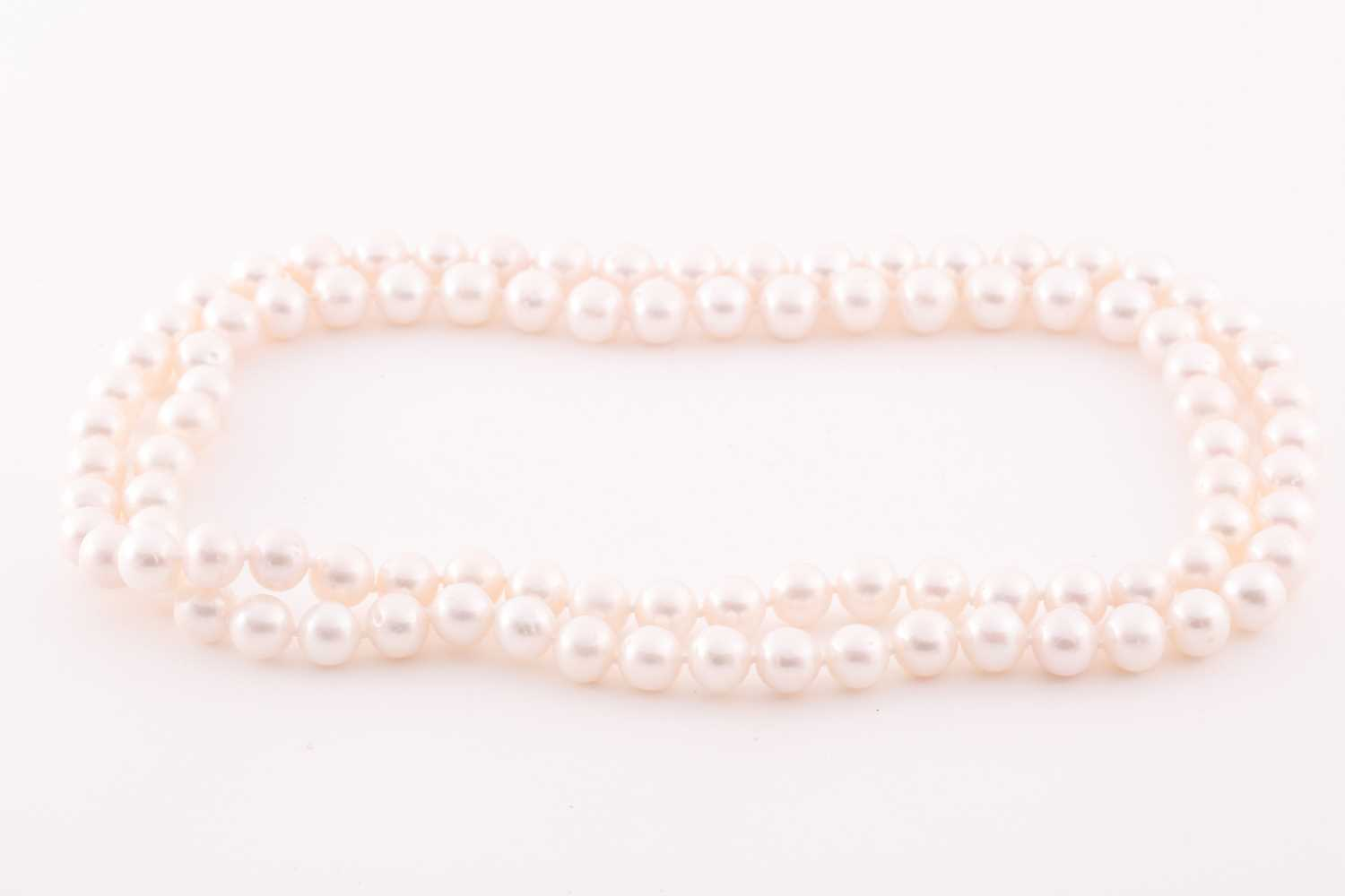 A cultured pearl necklace, comprised of freshwater pearls of approximately 8-9 mm diameter, the