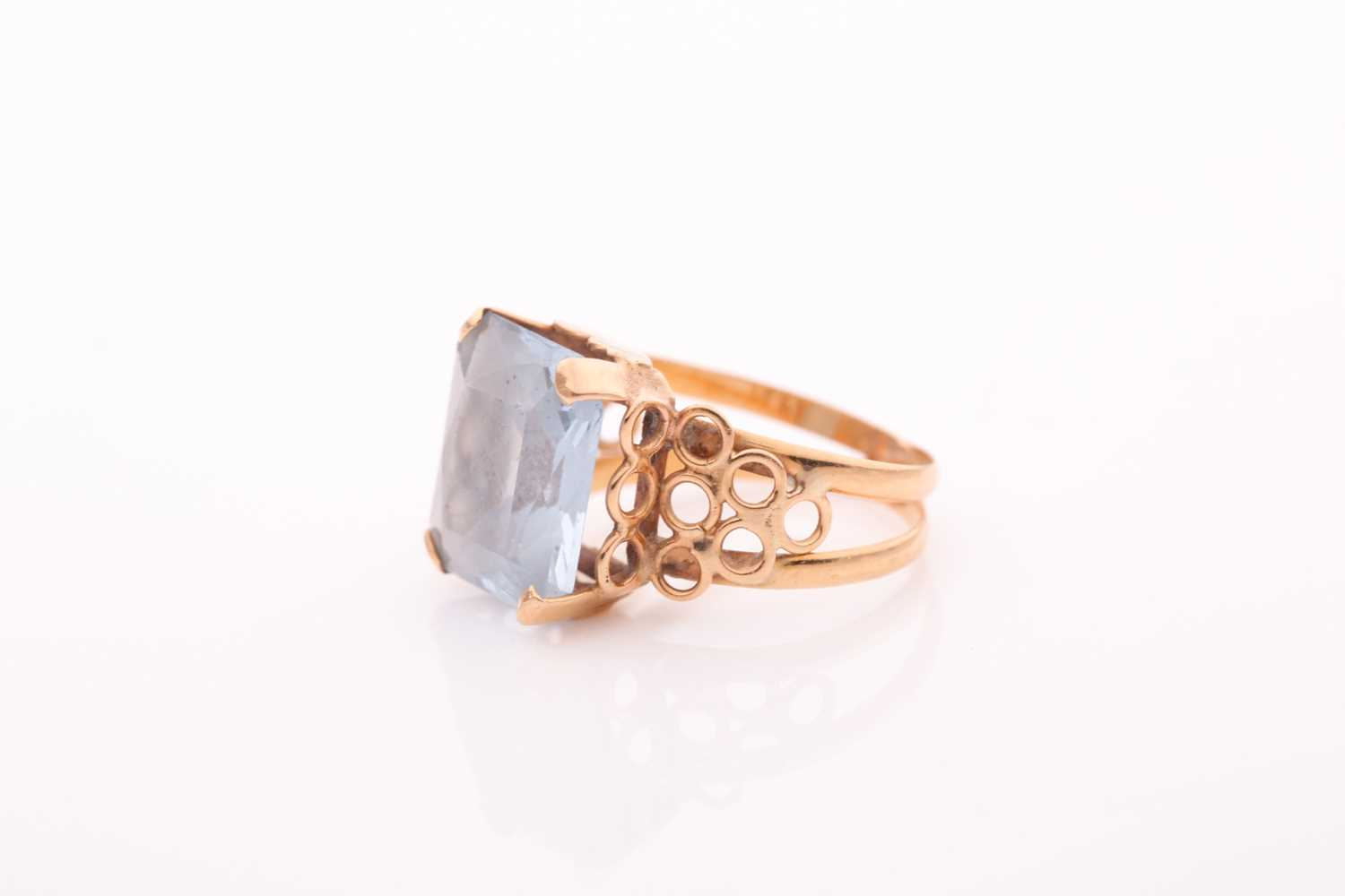 A single stone aquamarine dress ring, the rectangular mixed cut aquamarine in four claw mount to a - Image 4 of 4