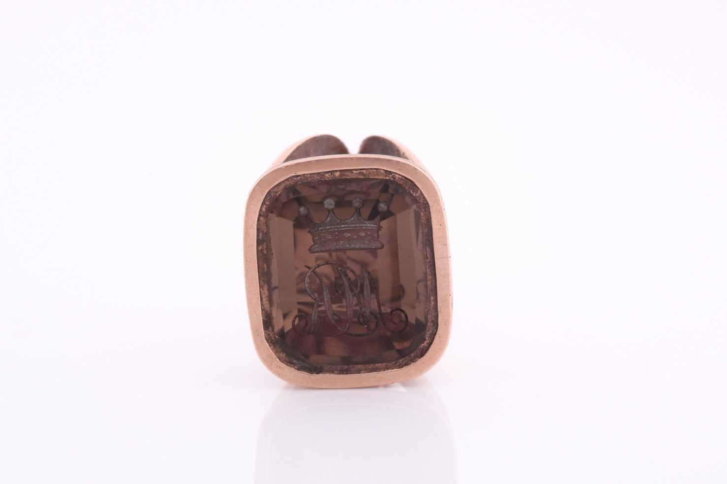 A yellow metal and quartz fob pendant, intaglio engraved with initials MR, unmarked (tests as rose - Image 3 of 5