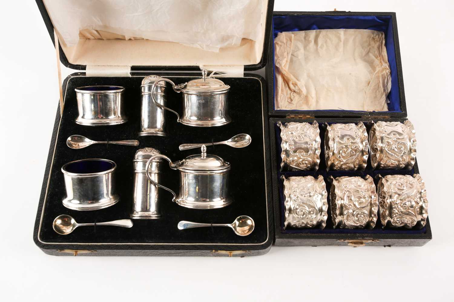 A set of six Victorian cased silver napkin rings. Chester 1899 maker not found. With frilled