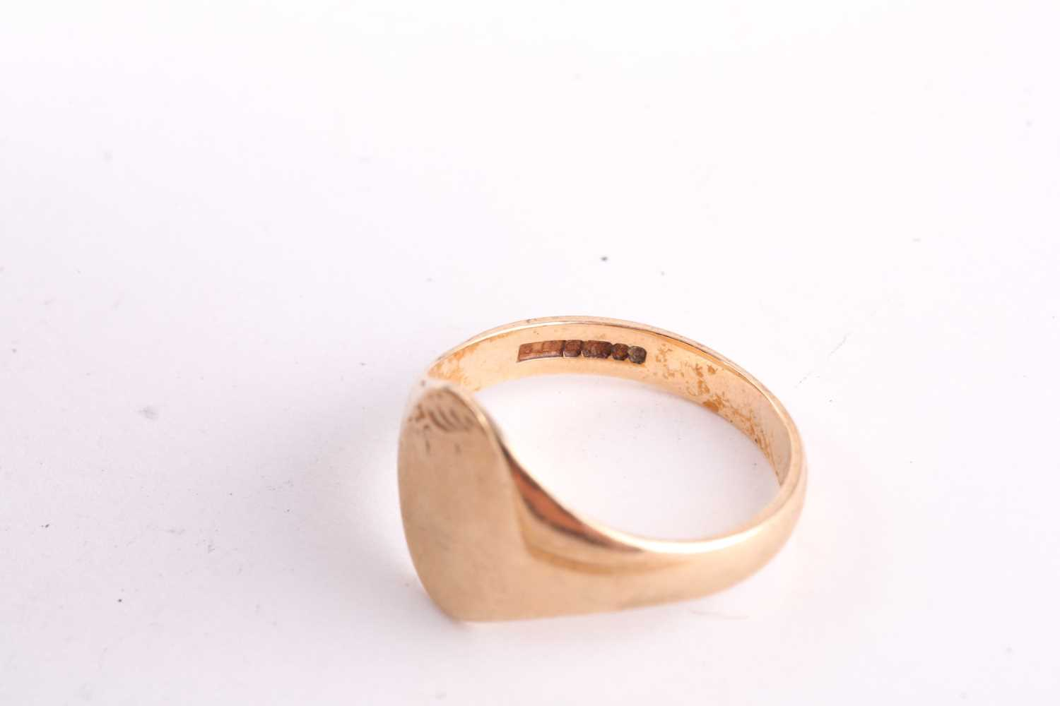 A 9ct yellow gold signet ring, together with a 9ct yellow gold chain necklace, and a 9ct yellow gold - Image 2 of 3