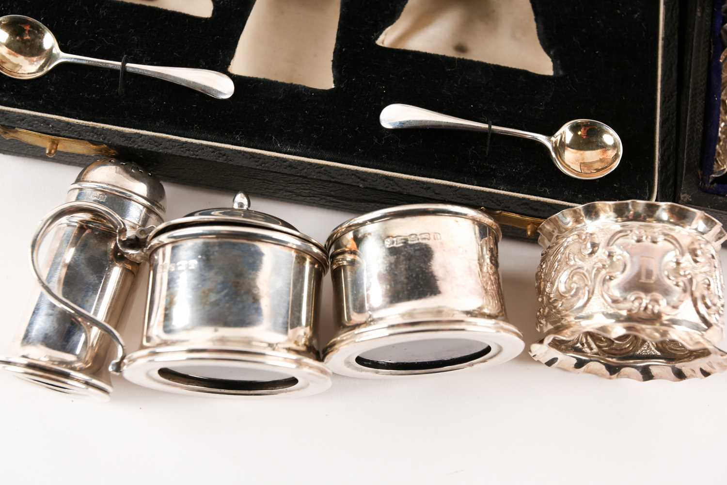 A set of six Victorian cased silver napkin rings. Chester 1899 maker not found. With frilled - Image 2 of 2
