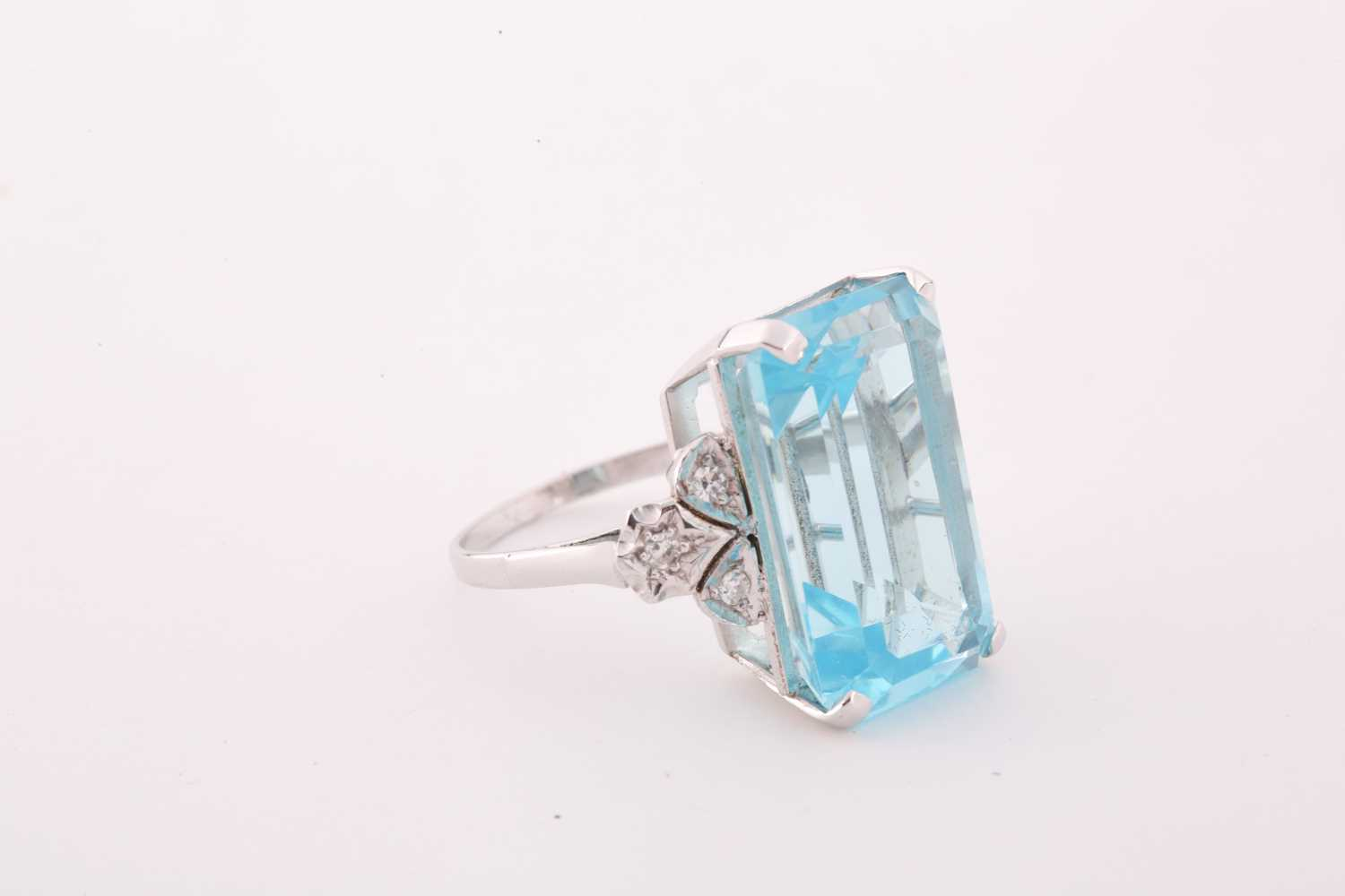 A diamond and blue topaz cocktail ring, set with a mixed rectangular-cut topaz, measuring - Image 3 of 4
