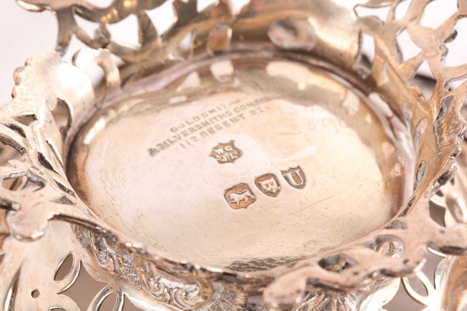 A mixed group of small silver items, comprising a toast rack, a pair of heart-shaped dishes with - Image 6 of 6