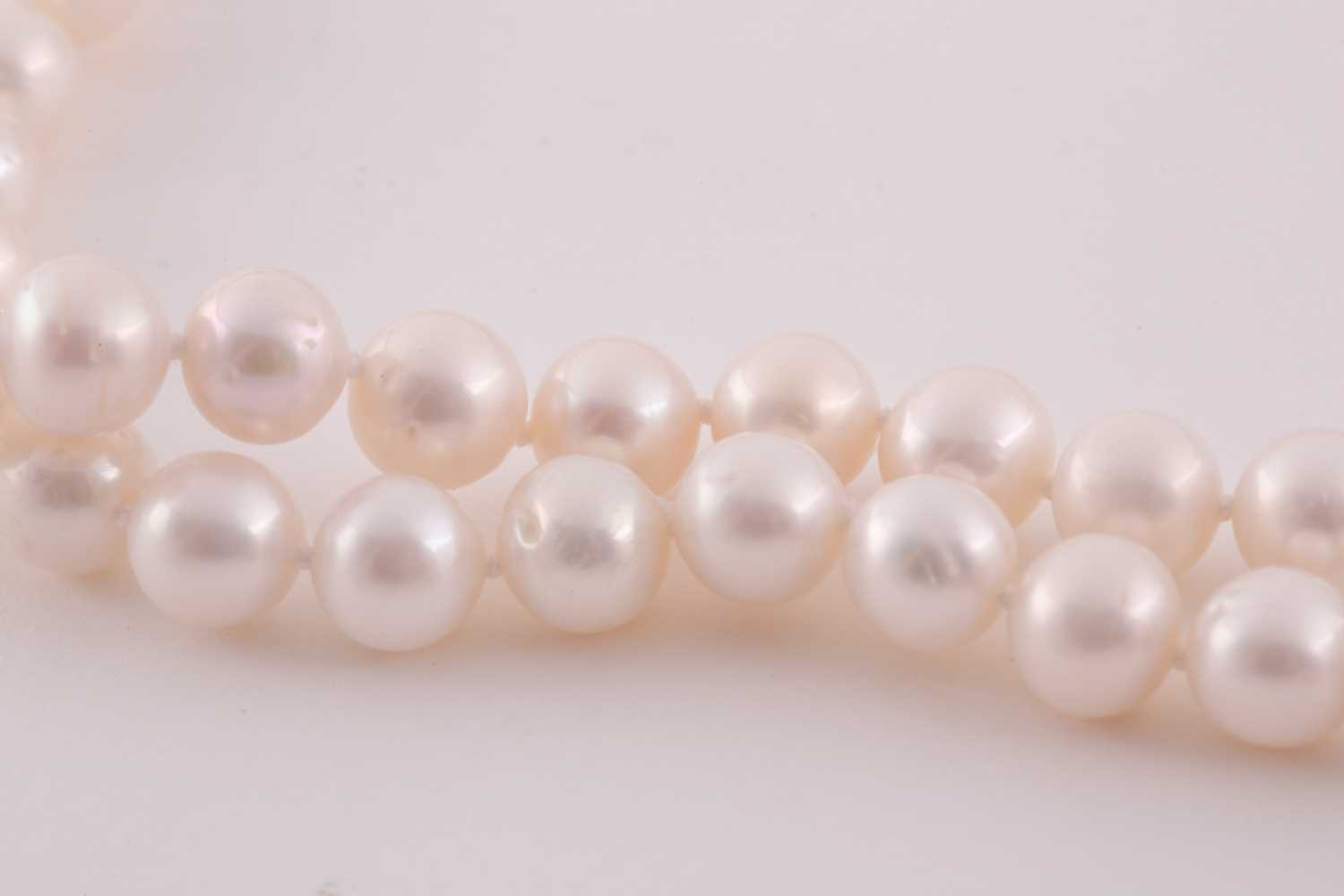 A cultured pearl necklace, comprised of freshwater pearls of approximately 8-9 mm diameter, the - Image 2 of 2