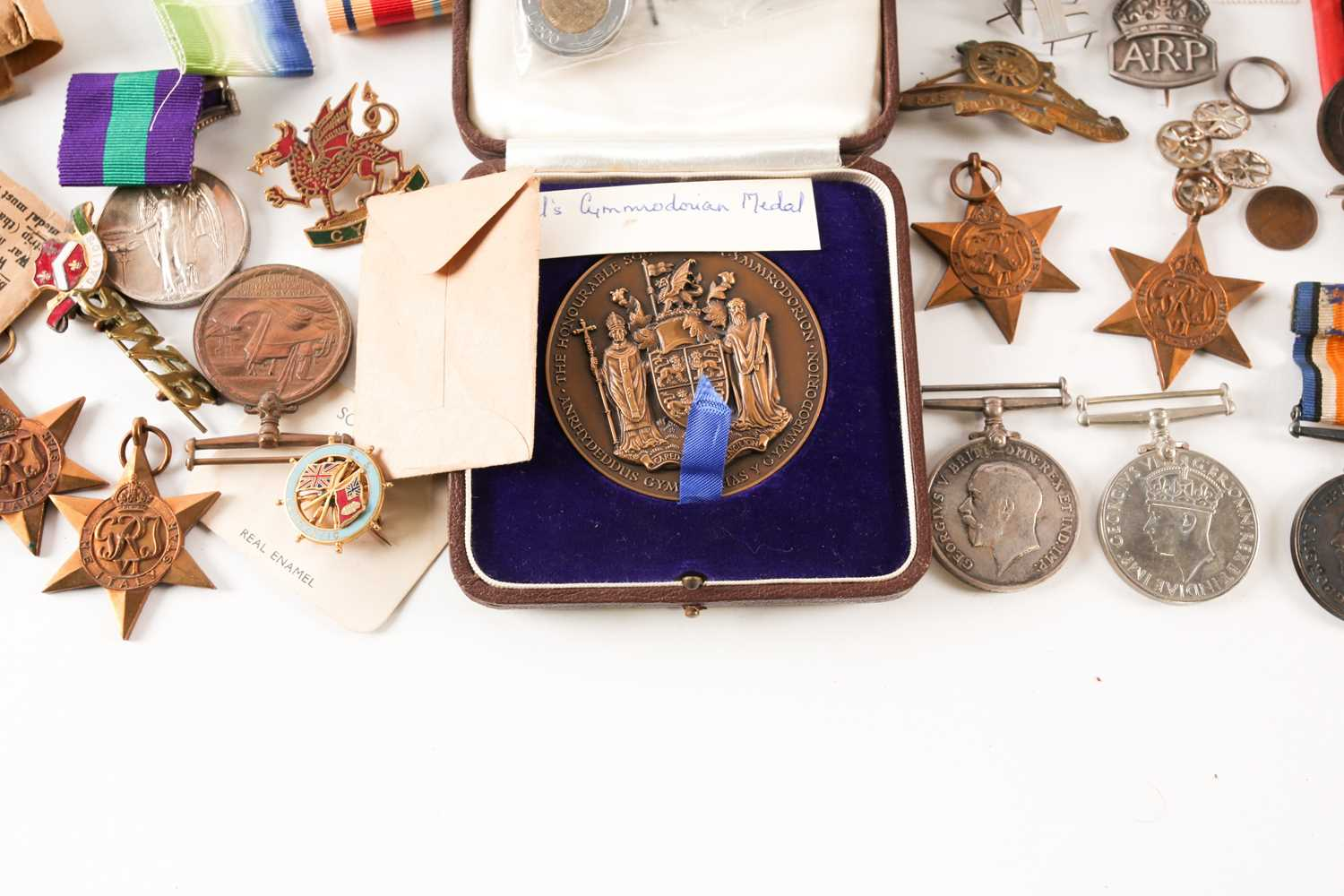 A mixed group of WWI and WWII medals, some grouped, to include a WWI Campaign and Victory medal to - Image 6 of 80