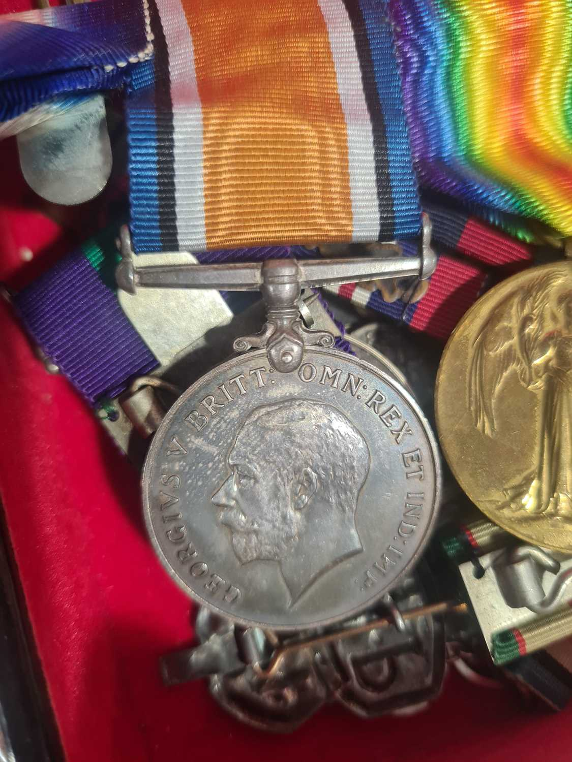 A mixed group of WWI and WWII medals, some grouped, to include a WWI Campaign and Victory medal to - Image 66 of 80