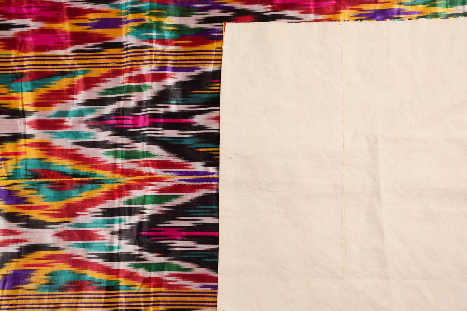 A brightly coloured rectangular Ikat style silk coverlet with cotton lining. 212 cm x 126 - Image 3 of 10