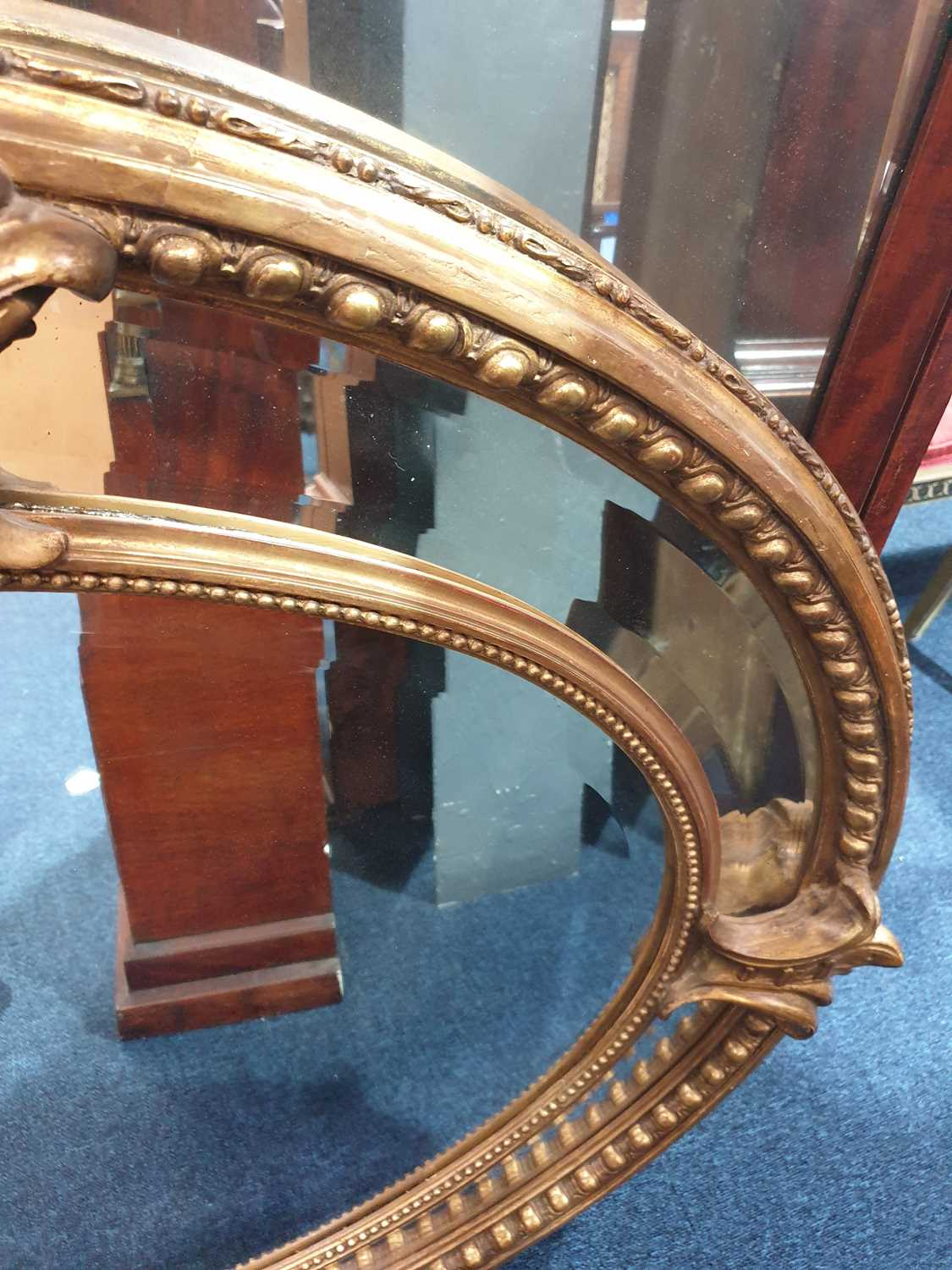 A Victorian carved wood and gilt gesso oval wall mirror with cartouch decoration and an outer border - Image 9 of 10