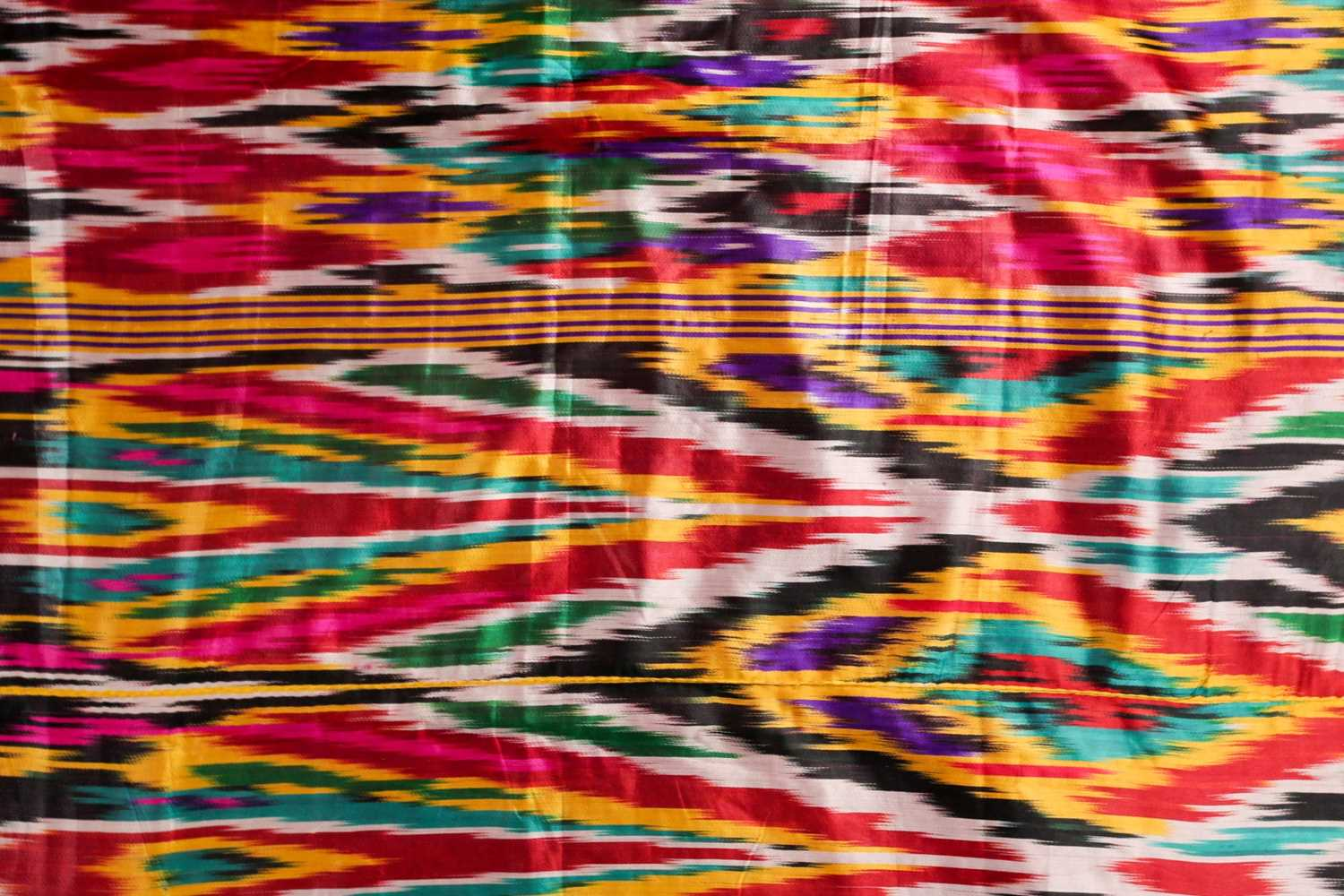 A brightly coloured rectangular Ikat style silk coverlet with cotton lining. 212 cm x 126 - Image 4 of 10