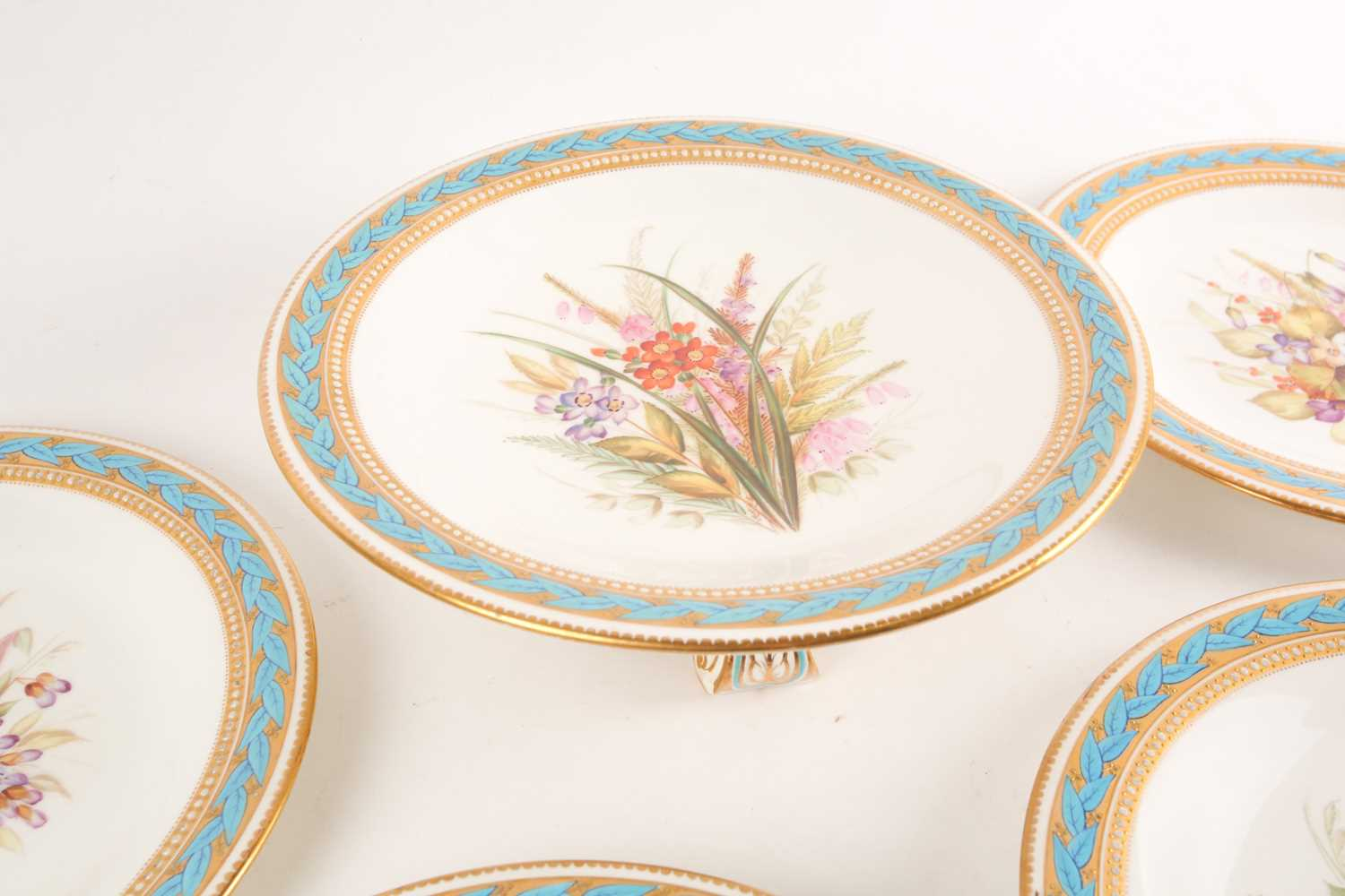 A 19th century Worcester porcelain part fruit set, comprising a tazza and six plates, (23.5 cm - Image 5 of 8