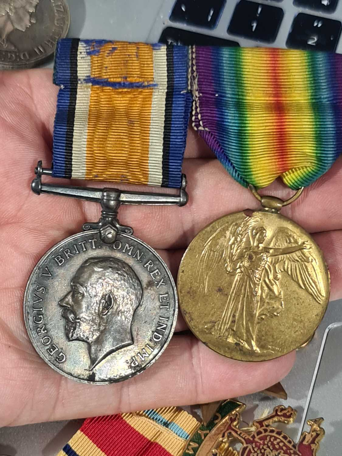 A mixed group of WWI and WWII medals, some grouped, to include a WWI Campaign and Victory medal to - Image 43 of 80