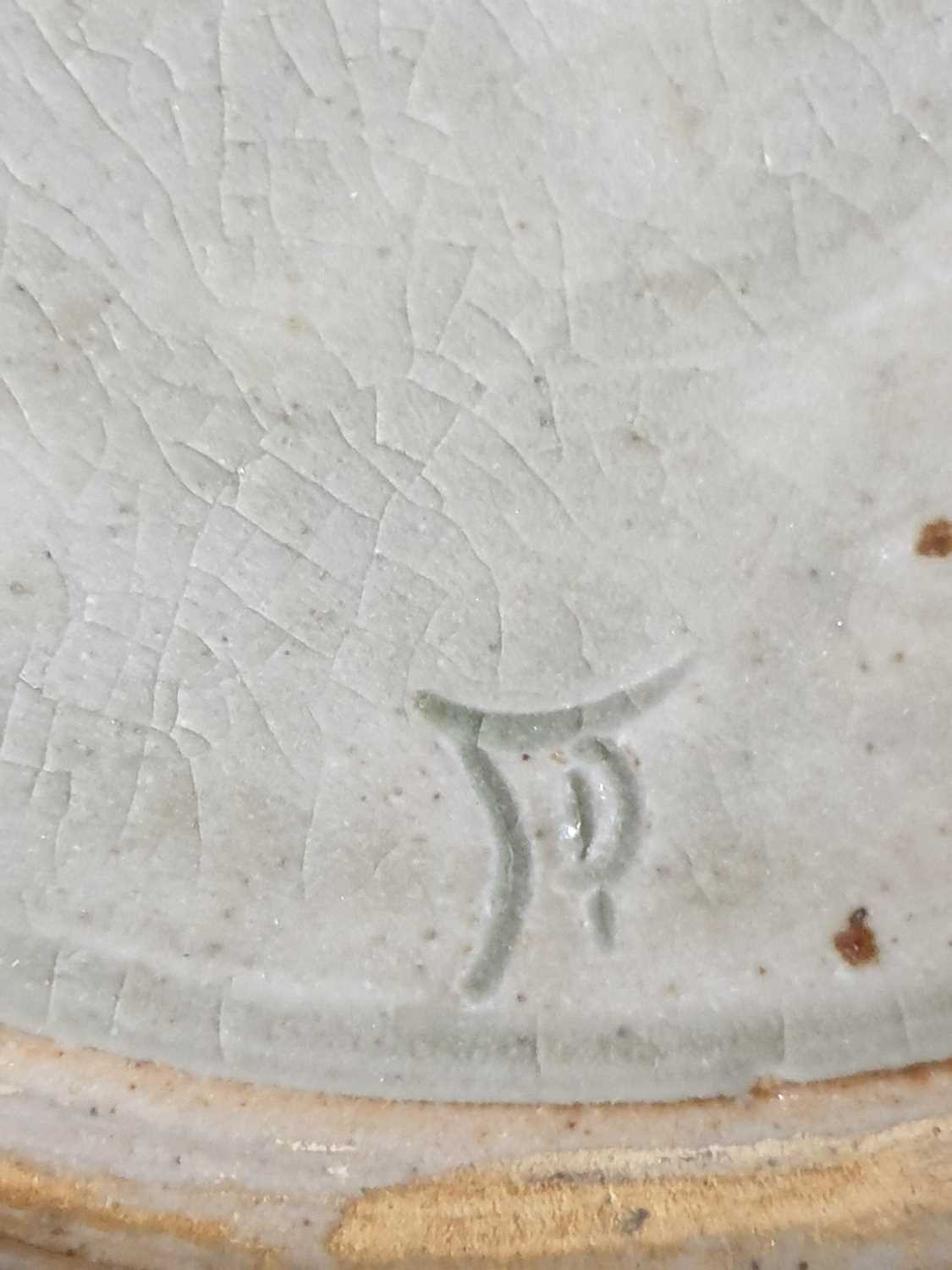 Four pieces of British studio pottery, comprising a jardiniere (19 cm high x 31 cm wide), a - Image 5 of 8