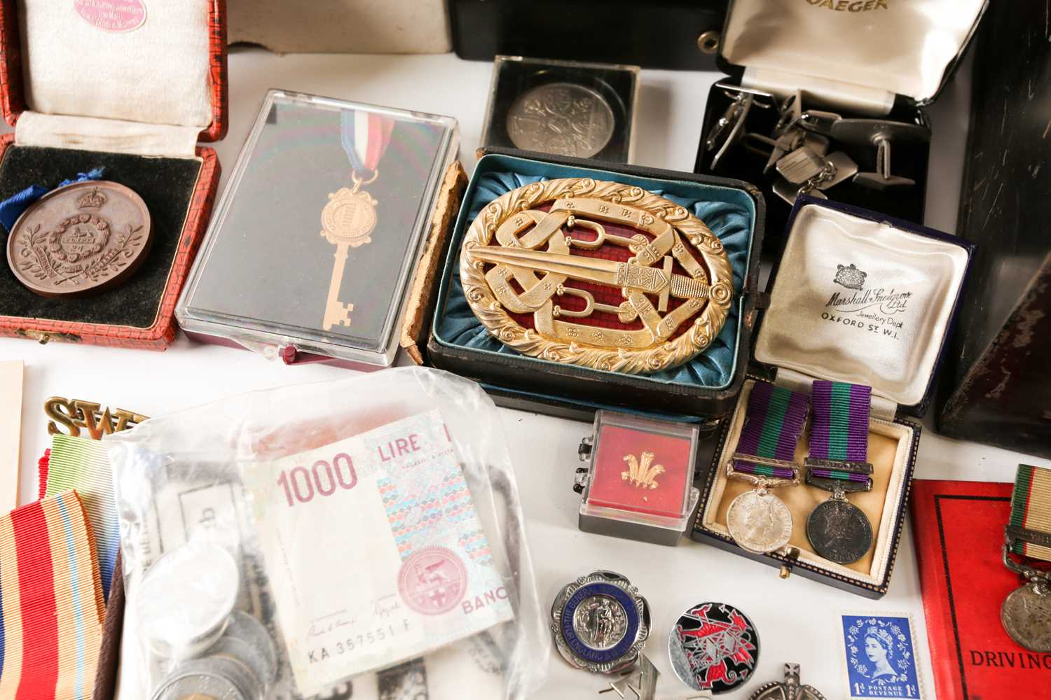 A mixed group of WWI and WWII medals, some grouped, to include a WWI Campaign and Victory medal to - Image 5 of 80