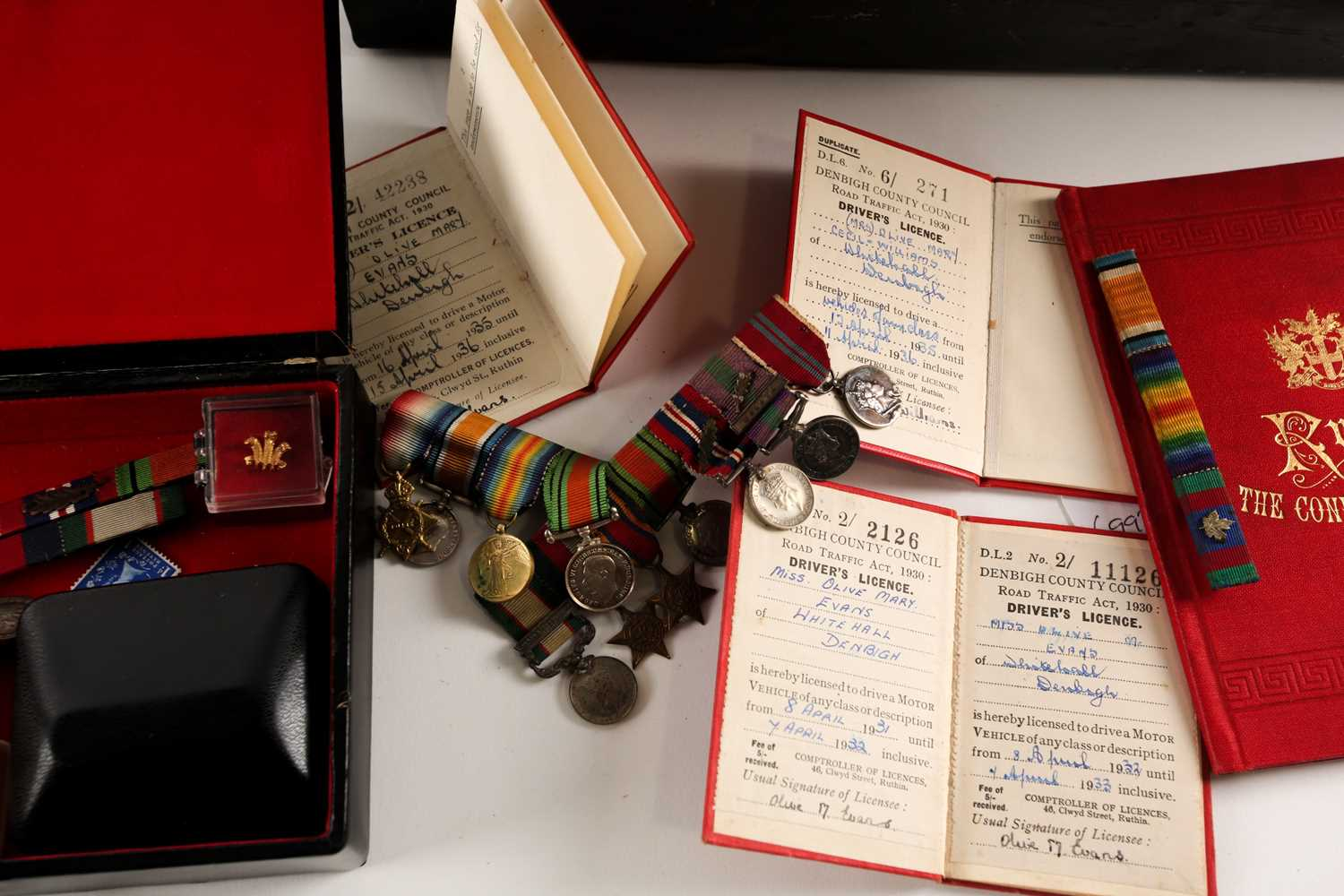 A mixed group of WWI and WWII medals, some grouped, to include a WWI Campaign and Victory medal to - Image 15 of 80