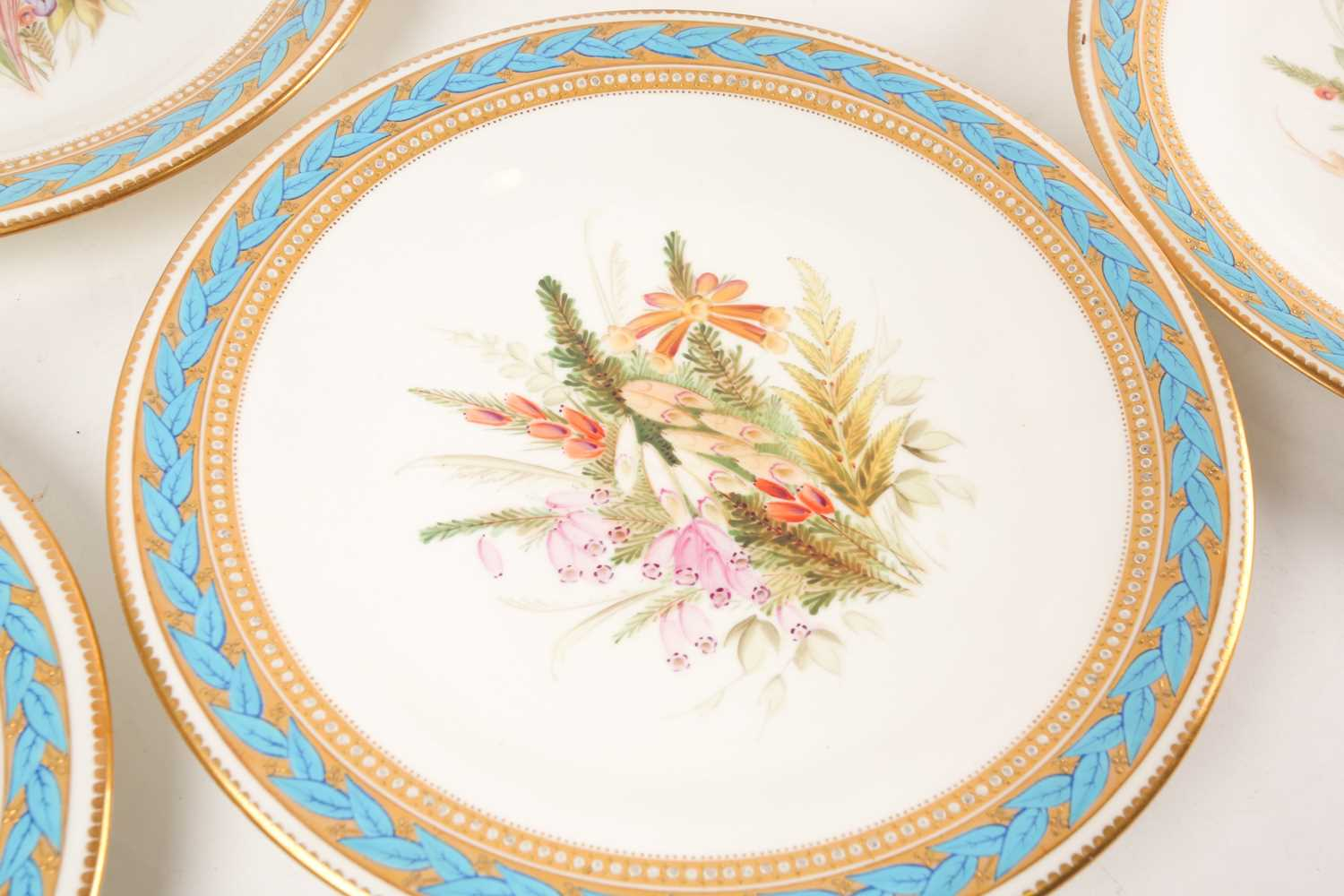 A 19th century Worcester porcelain part fruit set, comprising a tazza and six plates, (23.5 cm - Image 8 of 8
