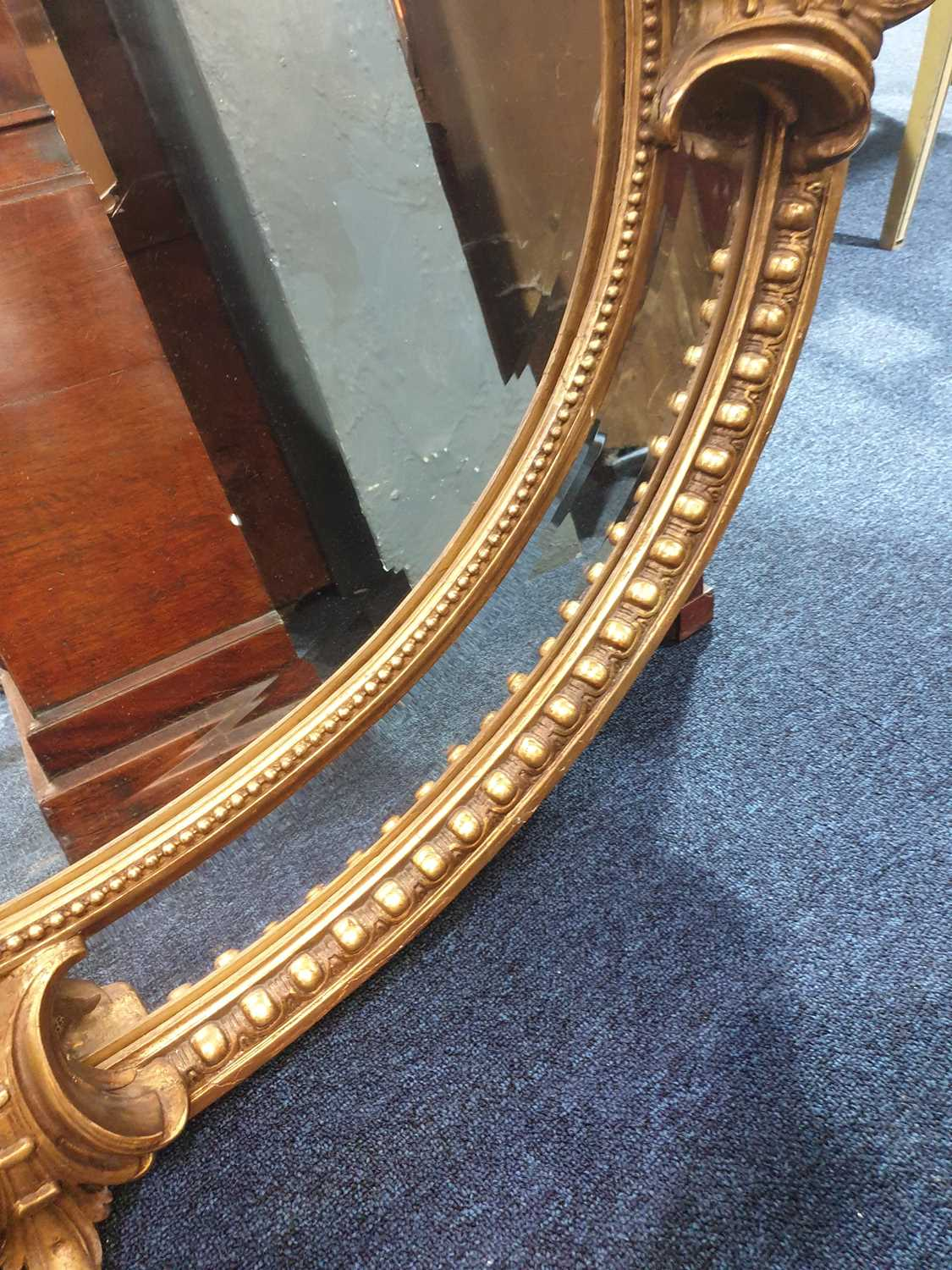 A Victorian carved wood and gilt gesso oval wall mirror with cartouch decoration and an outer border - Image 6 of 10
