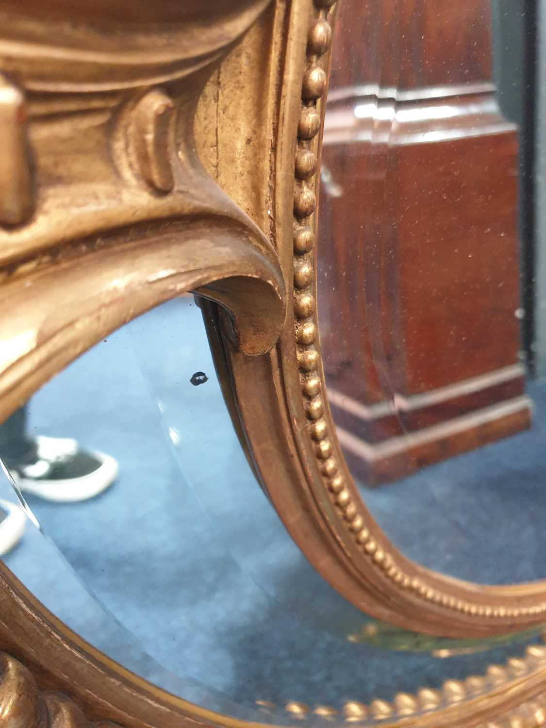 A Victorian carved wood and gilt gesso oval wall mirror with cartouch decoration and an outer border - Image 4 of 10