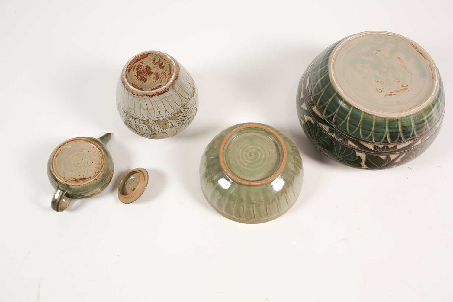 Four pieces of British studio pottery, comprising a jardiniere (19 cm high x 31 cm wide), a - Image 2 of 8