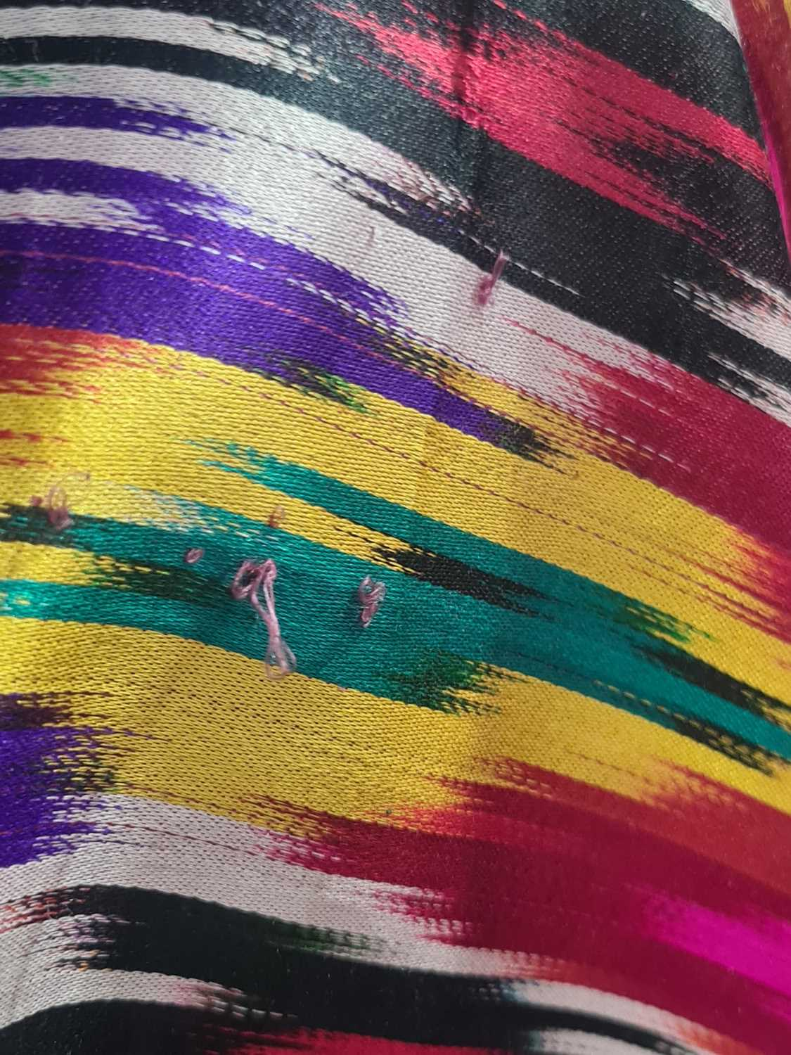 A brightly coloured rectangular Ikat style silk coverlet with cotton lining. 212 cm x 126 - Image 8 of 10