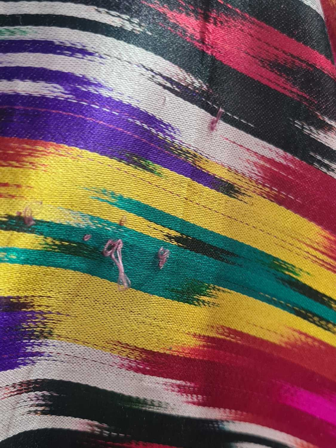 A brightly coloured rectangular Ikat style silk coverlet with cotton lining. 212 cm x 126 - Image 6 of 10