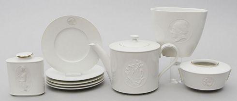 Teekanne, zwei Vasen, Teedose und fünf Teller, KPM Berlin.