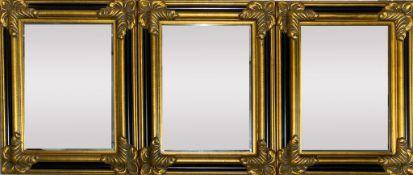 Satz von drei kleinen Prunkspiegeln.  Holz/Stuck, vergoldet bzw. schwarz gelackt. Facettiertes Spieg