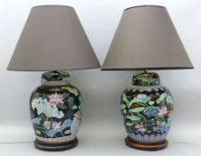 Paar Tischleuchten im asiatischen Stil,  je zweiflammig. Porzellankorpus mit polychromer Blumen- und
