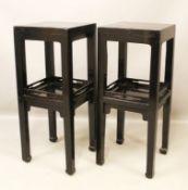 Paar Beistelltische. Holz, schwarz lackiert. Schlichte, quadratische Form mit mittiger Ablage in Tab
