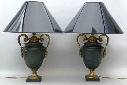 Paar Tischleuchten, je einflammig. Dunkelgrün gefasster Metallkorpus in Form einer Amphora mit vergo