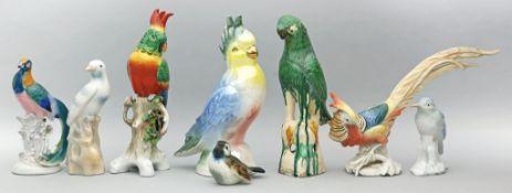 Acht Vogelskulpturen. Div. Formen und Materialien. Gebrauchsspuren, teils etwas best, 2x besch. Dabe