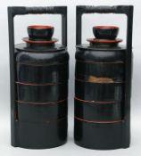 Paar Stapelgefäße - Tingkat, China. Holz, schwarz  und rot lackiert. Vier Fächer und Deckel mit Kopp