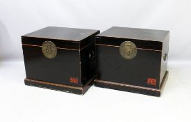Paar asiatische Truhen. Holz, schwarz lackiert mit roten Akzenten und schauseitig re. u. kalligraphi