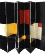 Großer Paravent im Art Deco-Stil. Holz, schwarz lackiert mit rechteckigen Akzenten in Gold und Rot.