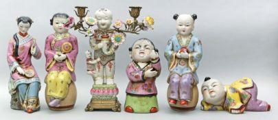 Sechs asiatische Figuren. Porzellan, bunt glasiert. Div. Blumendekore. Einmal als zweiflammiger Leuc