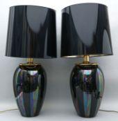 Paar Tischleuchten,  je zweiflammig. Vasenförmiger Keramikkorpus mit schwarzer, lüstrierender Glasur