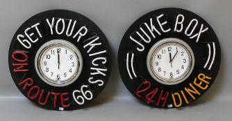 Paar Neonschriften mit Uhren: