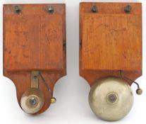 Paar historische Klingeln.