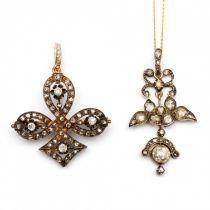 Zilveren en gouden broche tevens hanger en een hanger aan collier.
