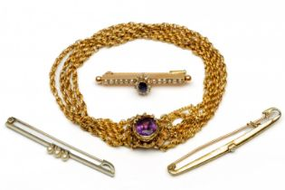 Beneden het wettelijk gehalte gouden armband en drie 14krt. gouden staafbroches.