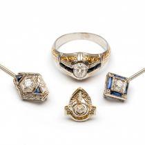 Platina en witgouden ring, twee 14krt. witgouden revers spelden en een pin, Art-Deco.