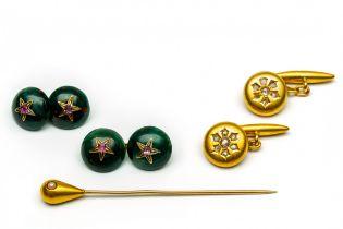 Twee paar 18krt. gouden manchetknopen en een 14krt. gouden revers speld, 19e eeuw.