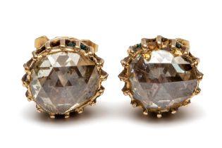 Paar 14krt. gouden oorstekers en een roségouden staafbroche, 19e eeuw.